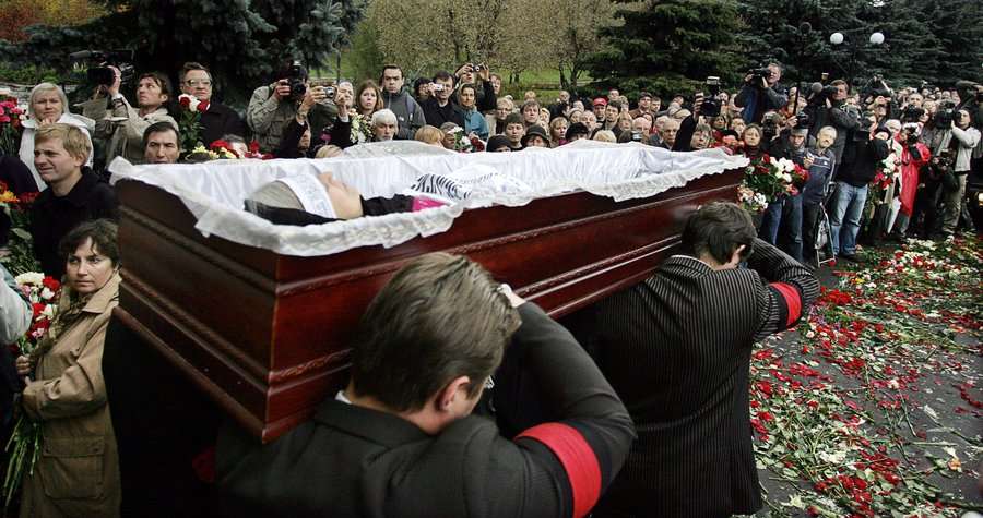 <p>Mourners carry the coffin of Russian journalist Anna Politkovskaya during her funeral (Photo: Getty Images)</p>